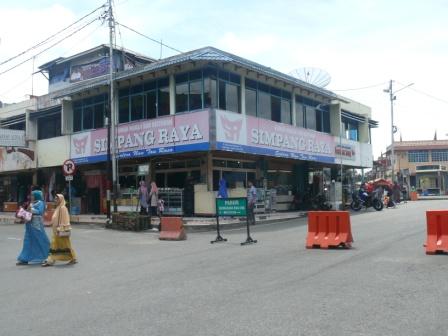 restoran simpang raya di depan jam gadang.