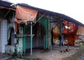 Belakang pasar di pasar atas, sebagian bangunan rusak karena gempa.