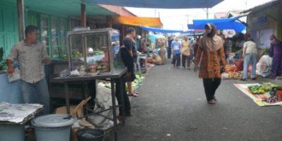 jalan pasar atas ngarai (pasa ateh ngarai), pedagang kaki lima berjualan di sisi kanan-kiri jalan, sampai pukul 10:00 WIB.