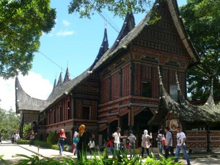 museum rumah gadang baanjuang di kebun binatang bukittinggi.