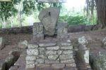 batu batikam ditikam dengan keris sampai tembus ke bagian belakang.
