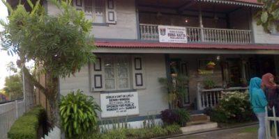 Rumah Kelahiran Bung Hatta, persis di jalan besar Jl. Soekarno-Hatta. Ada papan nama tertulis rumah Kelahiran Bung Hatta. Rumah terbuat dari kayu dan berlantai 2