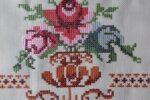 4. sulaman kristik contoh motif taplak meja segi empat-bunga dan pot-detil